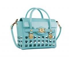 L. Signature e  la nuova borsa dell iconica Signature Bag Collection che  rappresenta l essenza Versace 875704143d940